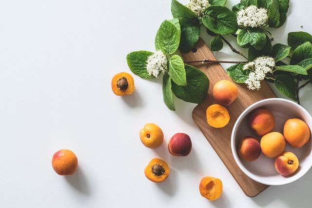 абрикосы на столе