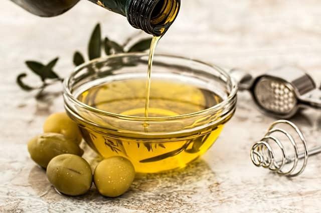 Как использовать оливковое масло для ухода за волосами