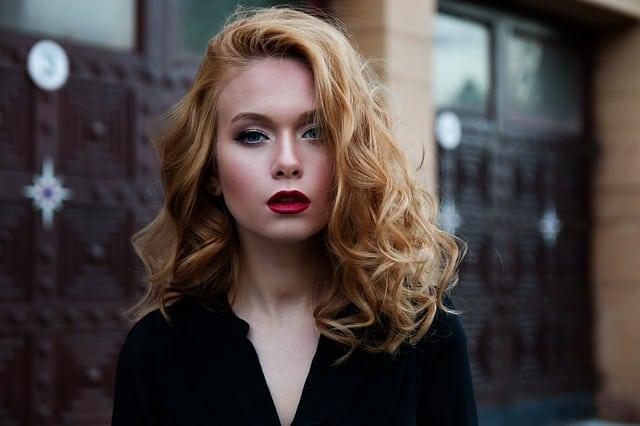 Женщина с волосами