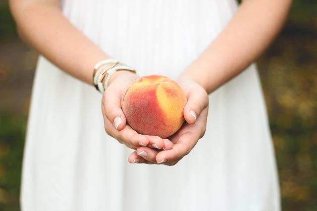 Персик в руках