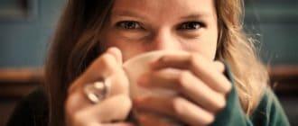 масло какао вокруг глаз